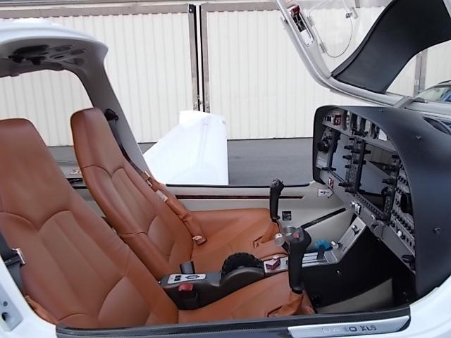2008 DIAMOND DA40 XLS front brown leather seating