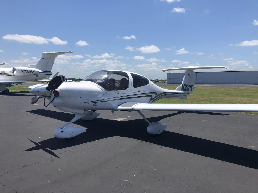 2008 DIAMOND DA40 XLS on the ramp