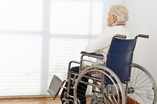 Yalnızlık giderek artan bir şekilde büyük bir sağlık sorunu olarak kabul edilmektedir ve önceki çalışmalar, yalnızlık yaşayan yaşlıların bilişsel gerileme ve bunama riskinin daha yüksek olduğunu göstermiştir.