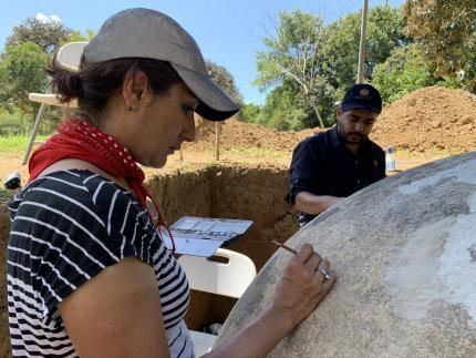 Proceso de reintegración cromática- Esfera A- Sitio Arqueológico Finca 6- Isabel Medina ENCRyM- INAH Mx- Javier Fallas- MNCR. Foto MNCR.