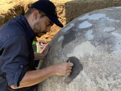 Proceso de resanes en grietas- Esfera A- Sitio Arqueológico Finca 6- Javier Fallas- MNCR. Foto: MNCR