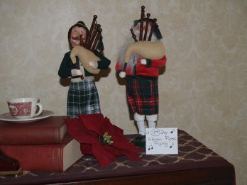 Depiction of the 11th day of Christmas with two pipers