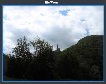 Carretera con la basilica de Covadonga al fondo