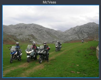 Motos a los pies de las montañas
