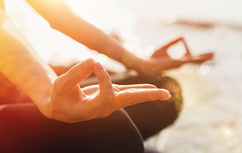 pessoa praticando meditação