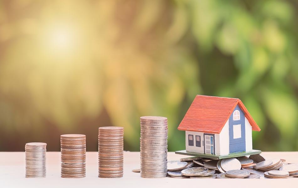 imagem contendo uma escada de moedas e uma casa no final, representando o acumulo de dinheiro para comprar um imóvel