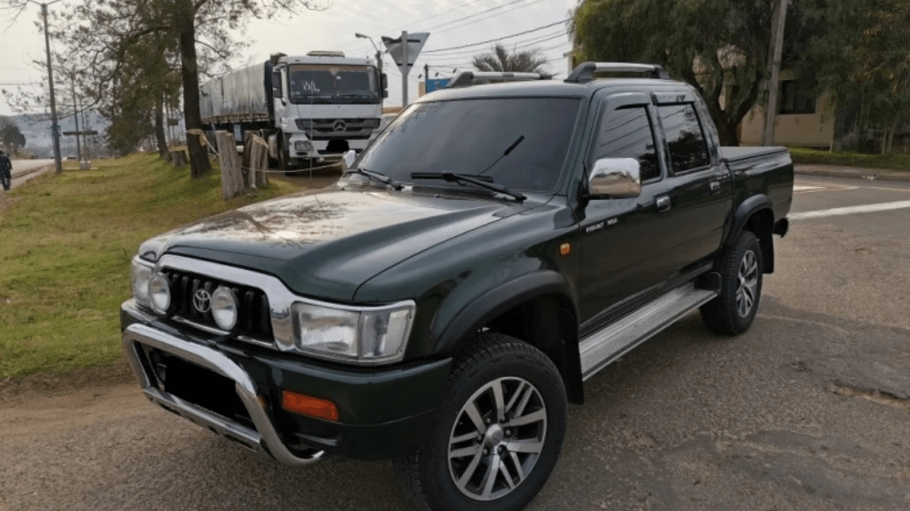 The toyota hilux is one of the most popular trucks around the world, but it's very different. El usado del día: Toyota Hilux 2002, para entendidos - MDZ