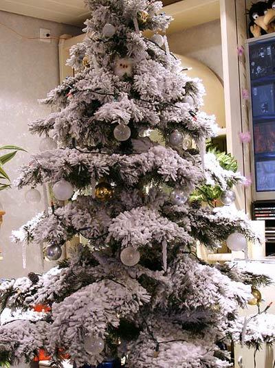 Knstlicher Weihnachtsbaum in schn