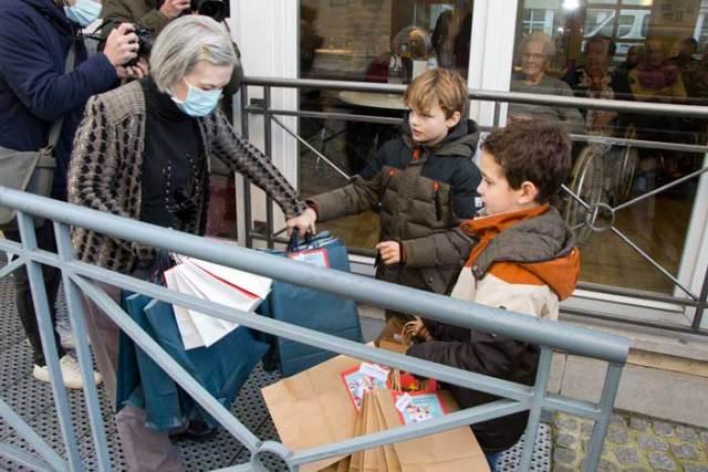 Kinderen brengen zelfgemaakte cadeautjes naar woonzorgcentrum Milsenhof