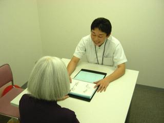 言語聴覚室での失語症のための言語療法