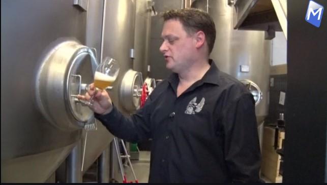 Bierbrouwer Raymond Groot proeft 1 van zijn brouwsels (Foto aangeleverd)