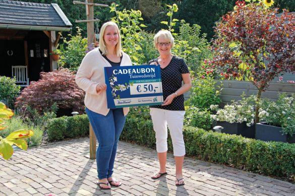 Mevrouw Hauwert (rechts) ontvangt de eerste prijs (Foto: wst Het Grootslag)