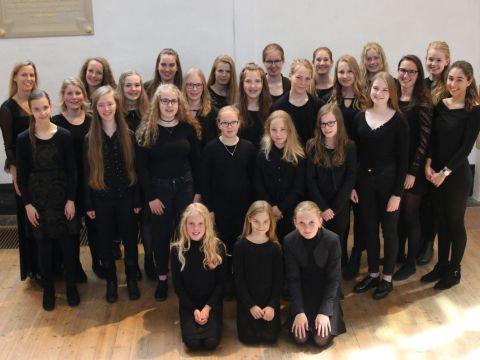 Roden Girl Choristers in de Bonifaciuskerk Medemblik