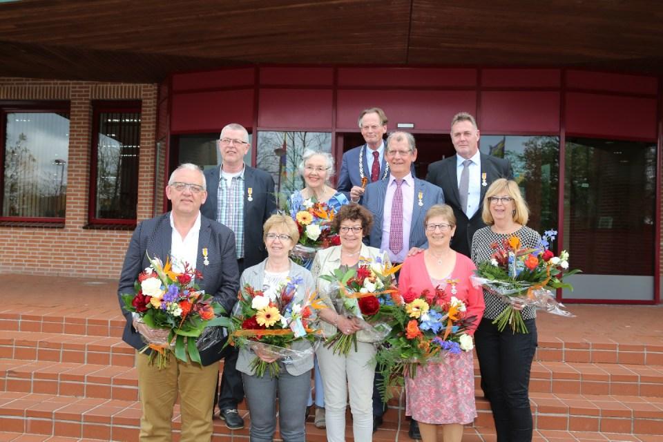De negen officieren samen met burgemeester Frank Streng op het bordes (Foto: Medemblik Actueel/Theo Annes)