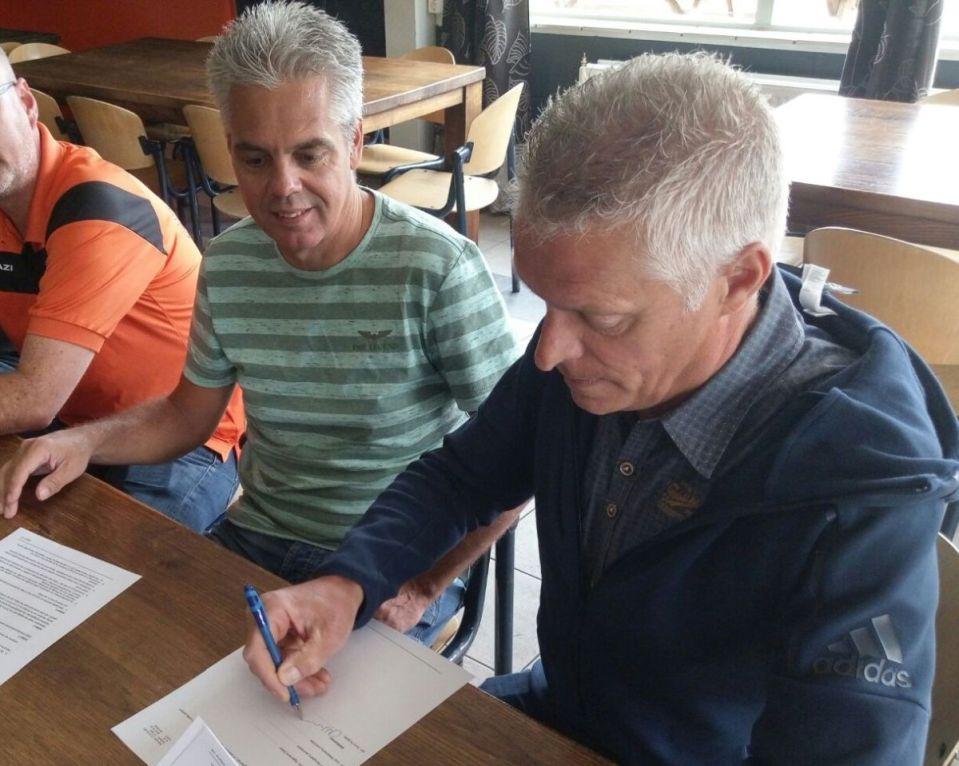 Arno Hulspas (rechts) ondertekent zijn contract als trainer van vv MOC.