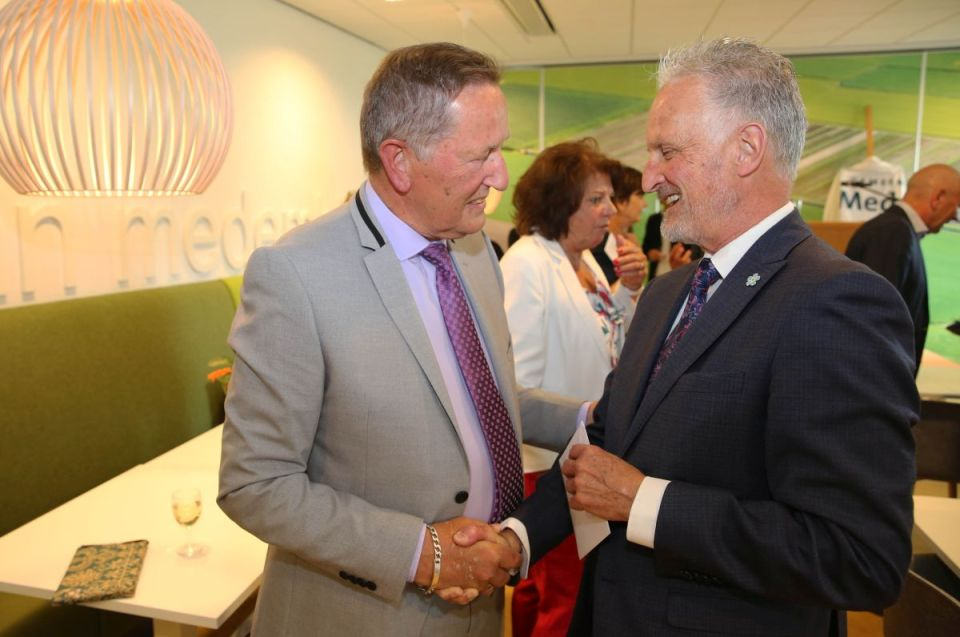 Ook de voormalige burgervader van Medemblik Theo van Eijck kwam Hans Tigges de hand schudden (Foto: Theo Annes)