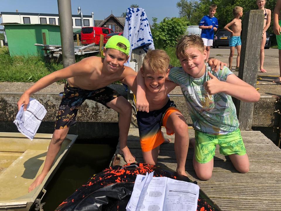 De drie jongens die 1 van de gestolen ara's weer terug hebben gevonden (Foto: Hoenderdaell)