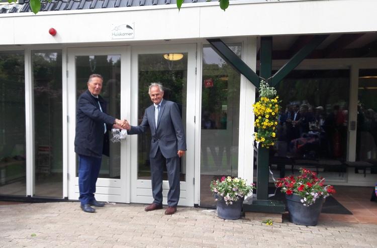 Oud-wethouder Tigges en oud-raadslid Groot openen De Sociale Huiskamer. (Foto: aangeleverd)