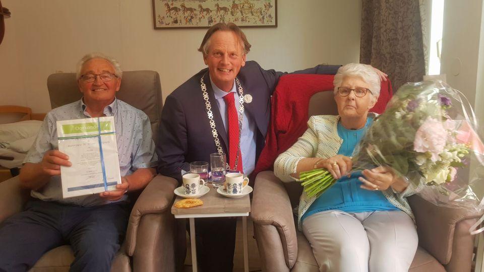Het huwelijksbruidspaar Broer samen met burgemeester Frank Streng (Foto: HBP Media)