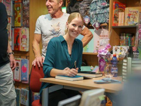 Nadine druk aan het signeren in Boekhandel Stumpel (Foto: Pascal van As)