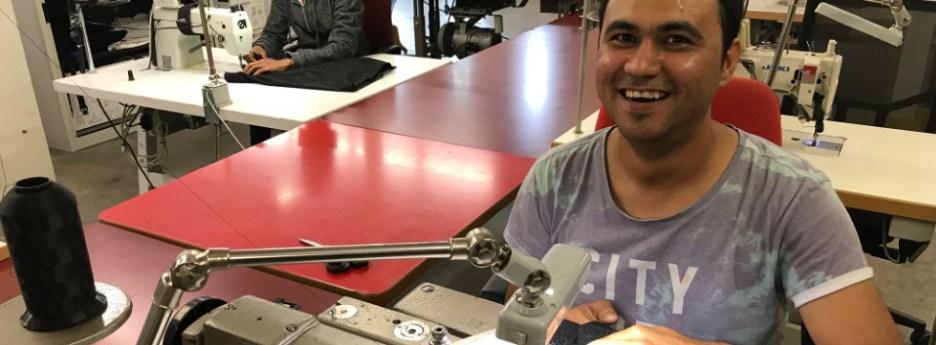 Youssef aan het werk in het naaiatelier. Hij kreeg er na een leerwerkperiode een betaalde baan.
