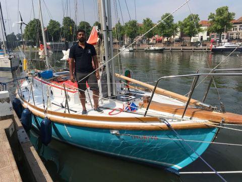 Abhilash Tomy aan boord van de Mhadei waarmee hij de wereldzeeën over zeilt