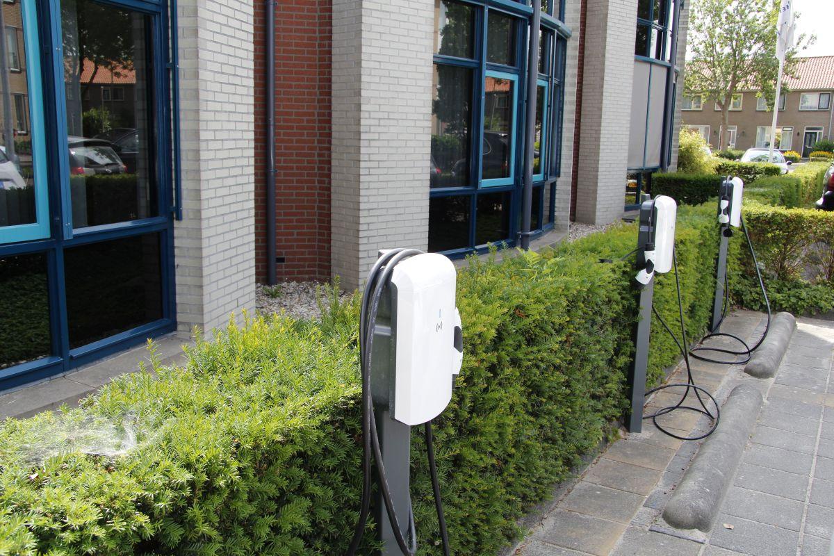De laadpalen staan klaar om de nieuwe auto's van energie te voorzien (Foto: WST- Het Grootslag)