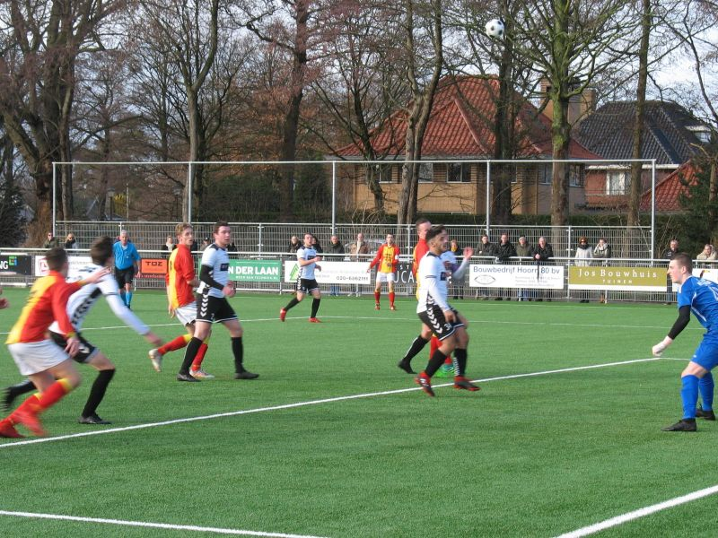 Gerald Broedersz heeft de bal perfect richting doel gedraaid. (Foto: Strandvogels)