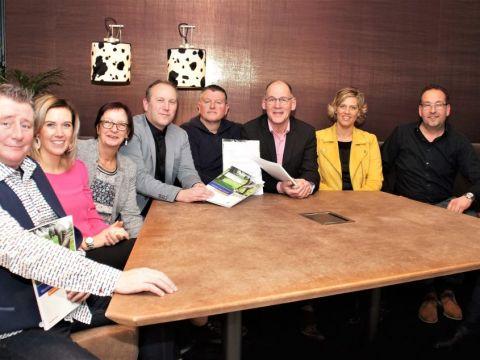 Foto: Vier vertegenwoordigers van de Westfriese kortebaandraverijen, Mark Veen (Enkhuizen), Frank Noor (Medemblik), Kees Komen (Venhuizen) en Jan Ootes (Wognum) en Tom van Roon van Rabobank tekenen de sponsorovereenkomst.