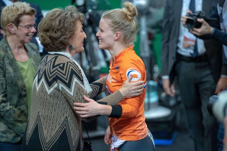 Wereldkampioene Caronlie Groot krijgt de felicitaties van Prinses Margiet (Foto Brett Florens)