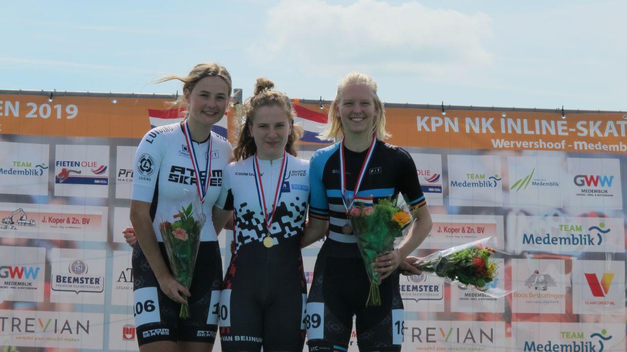 De nieuwe Nederlands Kampioen Marit van Beijnum geflankeerd door de nr. 2 Sascha Schenk en de nr. 3 Klaske Baars (Foto: Skeeelernieuws.nl)