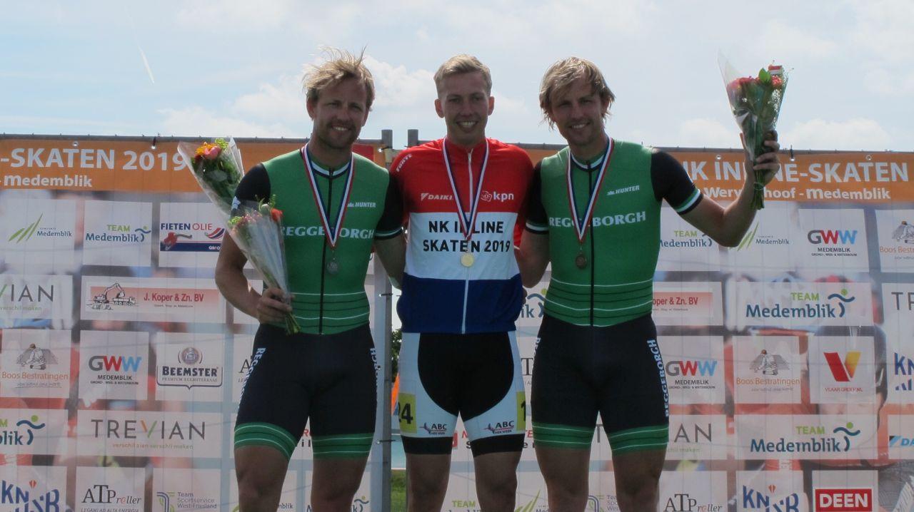 De nieuwe Nederlands kampioen Rémon Kwant geflankeerd door de nr. 2 Michel Mulder en de nr. 3 Ronald Mulder. (Foto: Skeelernieuws.nl)