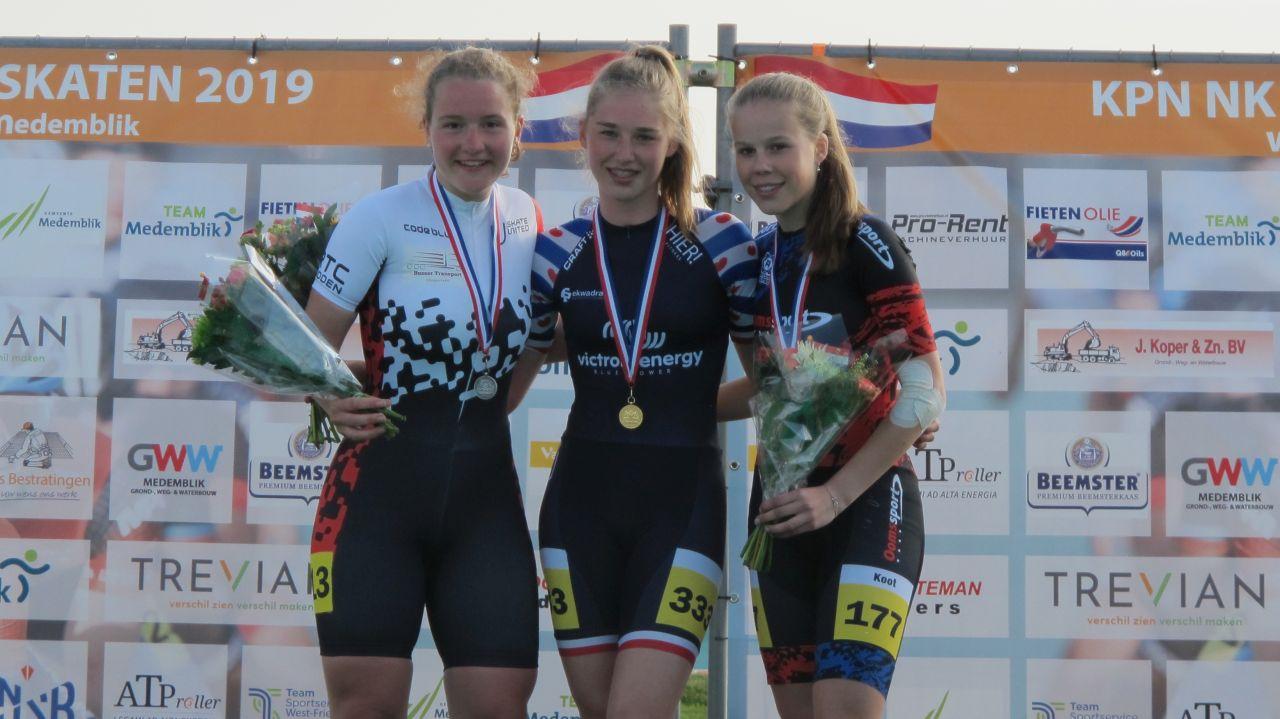 De nieuwe Nederlands kampioen Dinly Koster geflankeerd door de nr. 2 Loes Busser en de nr. 3 Patricia Koot (Foto: Skeelernieuws.nl)