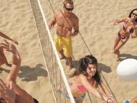 Verzamel een team en doe mee met het beachvolleybaltoernooi in Midwoud. (Foto: Shutterstock)