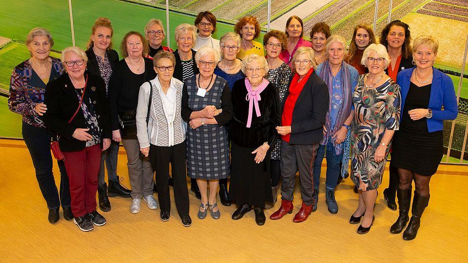 Een groepsfoto van ongeveer 20 vrouwen die politiek actief zijn geweest in onze gemeente.