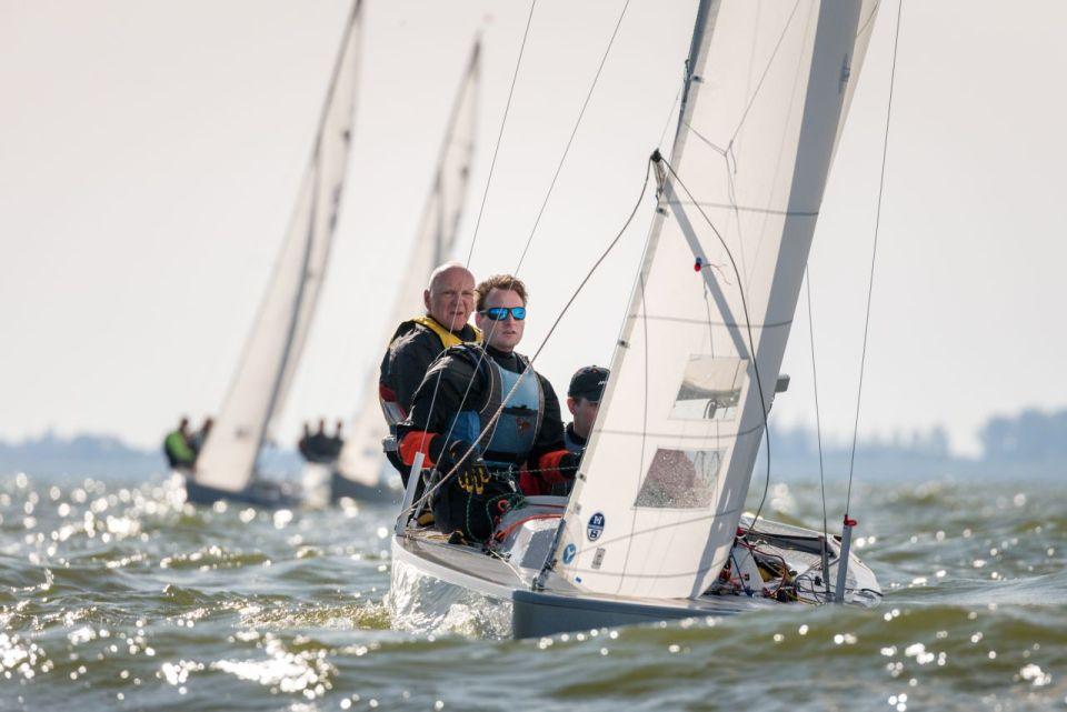 foto:Yska Minsk (l) voor de 7de keer de titel in de Yngling (fotograaf Klaas Wiersma)