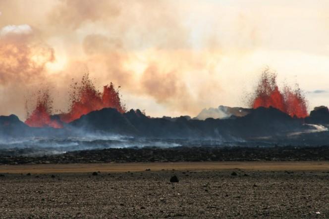 Lava fontana di sopra la fessura vulcanica di eruzione del diluvio Holuhraun di basalto in Islanda nel mese di settembre 2014, che può essere considerato come un analogo su scala ridotta per le eruzioni nelle trappole Deccan, 65 milioni di anni fa. Crediti: Michelle Parks (Università d'Islanda)