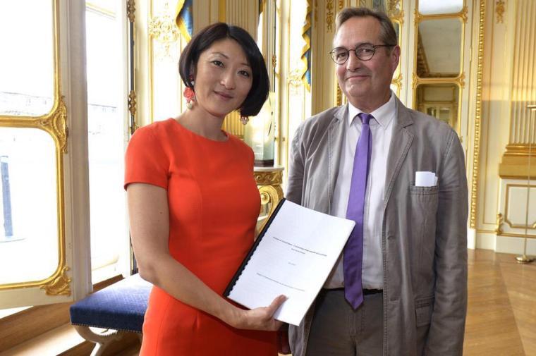 Fleur Pellerin reçoit le rapport de Jean-Marie Charon sur la presse et le numérique.
