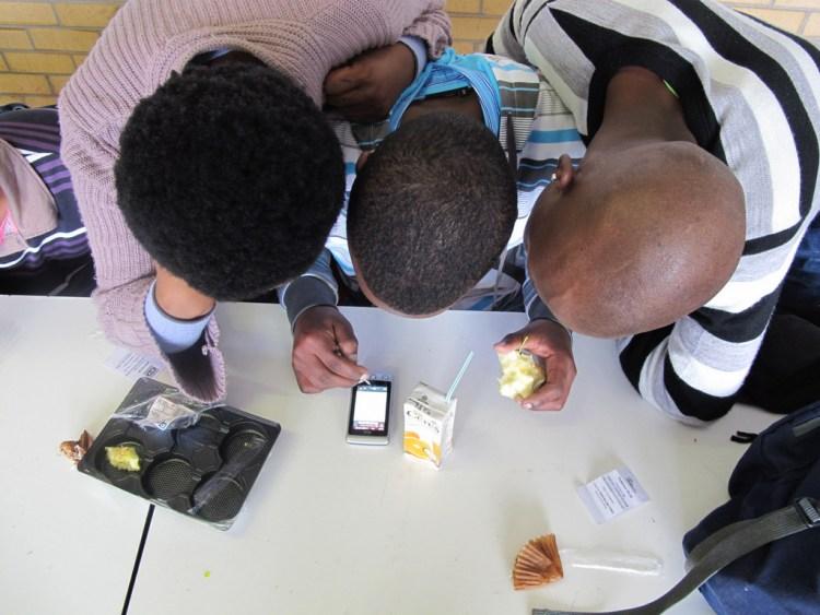 Un test utilisateurs pour l'application Yoza.mobi (Afrique-du-Sud). Image: Steve Vosloo, CC-BY-NC-SA-2.0