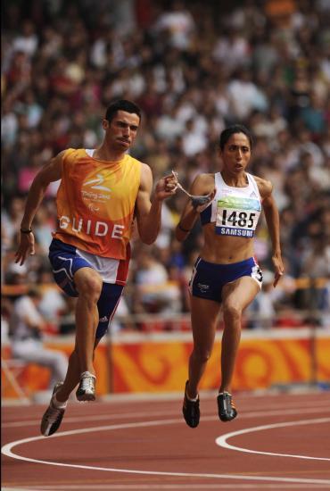 Assia El'Hannouni et son guide, médaillé d'or sur 200 mètres aux Jeux Paralympiques 2012