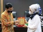 Purnama Dewi menerima cendramata dari DPRK Banda Aceh