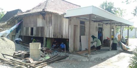 Tak Lolos Bantuan RTLH, Fatayat Genting Bantu Mahasiswi Bedah Rumahnya
