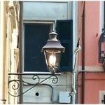 A Sarzana due antiche e grandi lanterne tornano a illuminare piazza Calandrini