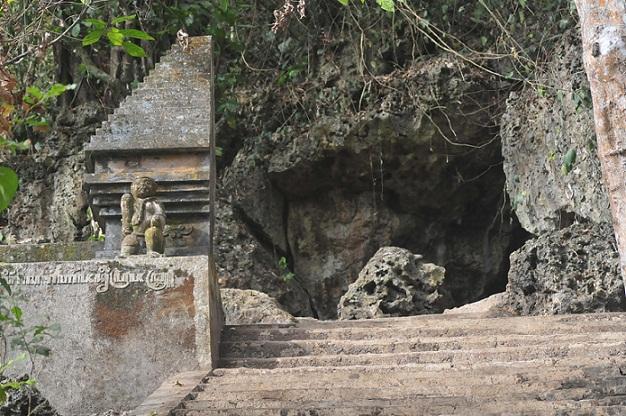 Goa-Istana-alas-purwo