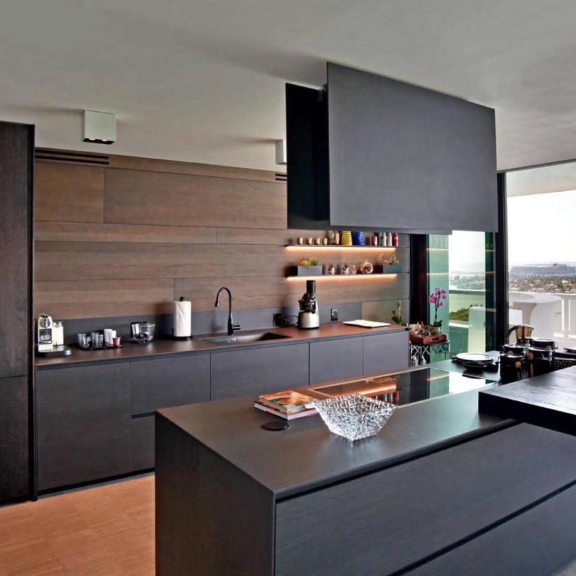 Dapur Minimalis dengan Kabinet Kayu Warna Gelap