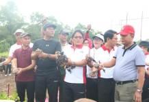 Anom Gumanti bersama Bupati Giri Prasta saat aksi penanaman bibit mangrove di Tahura Ngurah Rai Patasari.