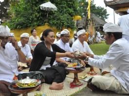 Bupati Tabanan Ni Putu Eka Wiryastuti melakukan persembahyangan bersama di Pura Kahyangan Jagat Pucak Tinggah, Desa Angseri, Baturiti