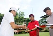 Gubernur Koster didampingi Sekda Dewa Indra menyerahkan SK CPNS