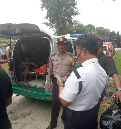 TEWAS - Jenazah Ni Wayan Sasih (41 ) saat ditemukan warga di Sungai Yeh Ge hendak dievakuasi ke Rumah Duka Banjar Bau Kaler , Desa Nawakerti, Kecamatan Abang, Karangasem