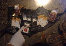 Barang bukti narkoba dalam rokok yang terbungkus tas plastik (kresek) hitam di bawah tumpukan ranting pohon dan daun kering.(foto-ist)